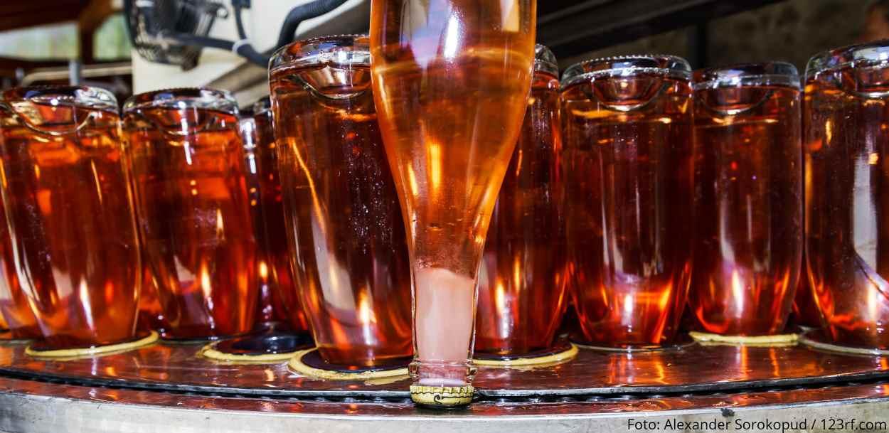 Crémant d'Alsace Rosé wird degorgiert